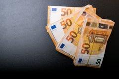 Ο σωρός 50 πραγματικού ευρώ σημειώνει 50 ευρο- τραπεζογραμμάτια κάτω από τη λαστιχένια ζώνη που απομονώνεται στο Μαύρο Περίπου 20 στοκ εικόνες με δικαίωμα ελεύθερης χρήσης
