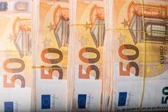 Ο σωρός 50 πραγματικού ευρώ σημειώνει 50 ευρο- τραπεζογραμμάτια κάτω από τη λαστιχένια ζώνη που απομονώνεται Περίπου 20000 ευρώ α στοκ εικόνες με δικαίωμα ελεύθερης χρήσης