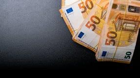 Ο σωρός 50 πραγματικού ευρώ σημειώνει 50 ευρο- τραπεζογραμμάτια κάτω από τη λαστιχένια ζώνη που απομονώνεται στο Μαύρο Περίπου 20 στοκ φωτογραφίες
