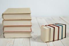 Ο σωρός της παλαιάς κρητιδογραφίας χρωματίζει τα βιβλία που συσσωρεύονται Στοκ Φωτογραφίες