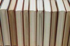 Ο σωρός της παλαιάς κρητιδογραφίας χρωματίζει τα βιβλία που συσσωρεύονται Στοκ Φωτογραφία
