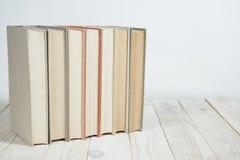 Ο σωρός της παλαιάς κρητιδογραφίας χρωματίζει τα βιβλία που συσσωρεύονται Στοκ φωτογραφία με δικαίωμα ελεύθερης χρήσης
