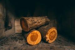 Ο σωρός του άκαυτου ξύλου συνδέεται την εστία στοκ εικόνες με δικαίωμα ελεύθερης χρήσης