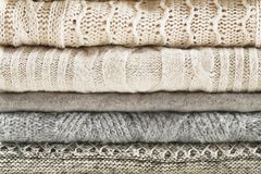 Ο σωρός του θερμού χειμώνα ντύνει κοντά επάνω Σύσταση υποβάθρου πουλόβερ στοκ εικόνες