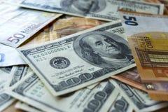 Ο σωρός του παλαιού δολαρίου εκατό τιμολογεί τους λογαριασμούς, κλείνει επάνω τα δολάρια στοκ εικόνα