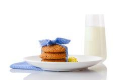 Ο σωρός τριών σπιτικών oatmeal μπισκότων έδεσε με την μπλε κορδέλλα στα μικρά άσπρα σημεία Πόλκα και τα μικροσκοπικά κίτρινα λουλ Στοκ Φωτογραφία