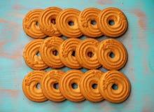 Ο σωρός των βουτύρου μπισκότων/των μπισκότων στο ξύλινο πράσινο αγροτικό υπόβαθρο κιρκιριών, επίπεδος βάζει το σχέδιο με τα βουτύ Στοκ φωτογραφίες με δικαίωμα ελεύθερης χρήσης