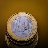 Ο σωρός των νομισμάτων είναι ένα ευρώ ευρο- ευρώ πέντε εστίαση εκατό τραπεζών σχοινί σημειώσεων χρημάτων Σκοτεινή ανασκόπηση Στοκ Φωτογραφία