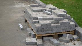 Ο σωρός των πετρών επίστρωσης βρίσκεται στην ξύλινη παλέτα κοντά στον  απόθεμα βίντεο