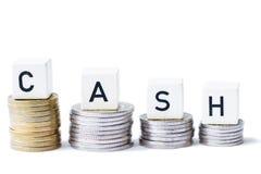 Ο σωρός των χρημάτων με τα μετρητά λέξης απομόνωσε το άσπρο υπόβαθρο Στοκ φωτογραφία με δικαίωμα ελεύθερης χρήσης