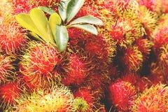 Ο σωρός των rambutan φρούτων για πωλεί στην αγορά οδών, Ταϊλάνδη, κλείνει επάνω στοκ φωτογραφίες