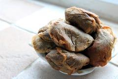 Ο σωρός χρησιμοποιημένα teabags teabag διαμόρφωσε το πιάτο σε μια κουζίνα windowsill στοκ φωτογραφίες με δικαίωμα ελεύθερης χρήσης