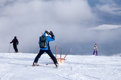 Ο σωτήρας σκι φέρνει ένα κενό λίκνο κάτω από το βουνό έννοια του επικίνδυνου πατινάζ, freeride, τραυματισμένος διάσωση σκιέρ στοκ εικόνες με δικαίωμα ελεύθερης χρήσης