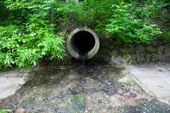Ο σωλήνας απορροών που απαλλάσσει το νερό Στοκ Εικόνες