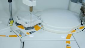 Ο σύγχρονος εξοπλισμός στο βιοχημικό εργαστήριο είναι μια ρομποτική συσκευή ανάλυσης υπολογιστών απόθεμα βίντεο