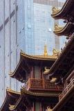Ο σύγχρονος ουρανοξύστης αντιπαραβάλλει το παραδοσιακό κτήριο στην κινεζική πόλη Στοκ Φωτογραφίες