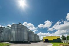 Ο σύγχρονος σιτοβολώνας Ηλιόλουστη ημέρα, ο μπλε ουρανός Στοκ φωτογραφία με δικαίωμα ελεύθερης χρήσης