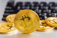 Ο σύγχρονος τρόπος της ανταλλαγής και bitcoin είναι κατάλληλη πληρωμή στο glob στοκ φωτογραφία με δικαίωμα ελεύθερης χρήσης