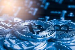 Ο σύγχρονος τρόπος της ανταλλαγής και bitcoin είναι κατάλληλη πληρωμή στο glob στοκ φωτογραφίες με δικαίωμα ελεύθερης χρήσης