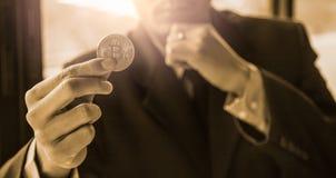 Ο σύγχρονος τρόπος της ανταλλαγής και bitcoin είναι κατάλληλη πληρωμή στο glob στοκ εικόνες με δικαίωμα ελεύθερης χρήσης