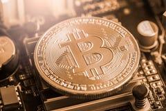 Ο σύγχρονος τρόπος της ανταλλαγής και bitcoin είναι κατάλληλη πληρωμή στο glob στοκ φωτογραφία