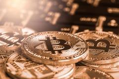 Ο σύγχρονος τρόπος της ανταλλαγής και bitcoin είναι κατάλληλη πληρωμή στο glob στοκ φωτογραφίες
