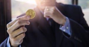 Ο σύγχρονος τρόπος της ανταλλαγής και bitcoin είναι κατάλληλη πληρωμή στο glob στοκ εικόνες