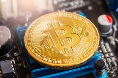 Ο σύγχρονος τρόπος της ανταλλαγής και bitcoin είναι κατάλληλη πληρωμή στο glob στοκ εικόνα με δικαίωμα ελεύθερης χρήσης