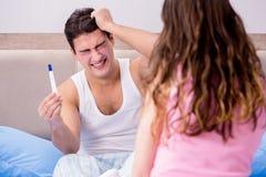 Ο σύζυγος ατόμων που ανατρέπεται για τα αποτελέσματα της δοκιμής εγκυμοσύνης Στοκ Εικόνες