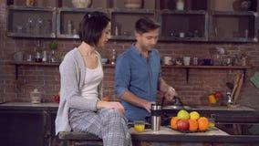 Ο σύζυγος αφήνει την περιστασιακή κουζίνα το πρωί απόθεμα βίντεο