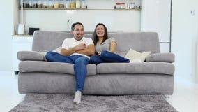 Ο σύζυγος και η σύζυγος κάθονται στον καναπέ απόθεμα βίντεο