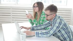 Ο σύζυγος και η σύζυγος μετρούν τις αγορές και τους λογαριασμούς για τον προηγούμενο μήνα και καταγράφουν τα αποτελέσματα στην εγ απόθεμα βίντεο