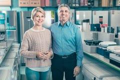 Ο σύζυγος και η σύζυγος ικανοποιούν με το ευρύ φάσμα της οικογένειας Στοκ Εικόνες