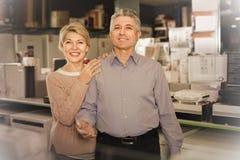 Ο σύζυγος και η σύζυγος ικανοποιούν με το ευρύ φάσμα της οικογένειας Στοκ Φωτογραφία
