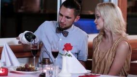 Ο σύζυγος και η σύζυγος ξοδεύουν το χρόνο μαζί, τη ρομαντική ατμόσφαιρα, τον άνδρα και τη γυναίκα σε μια ημερομηνία σε ένα εστιατ φιλμ μικρού μήκους