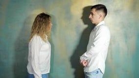 Ο σύζυγος και η σύζυγος υποστηρίζουν και φωνάζουν μεταξύ τους στοκ φωτογραφία με δικαίωμα ελεύθερης χρήσης
