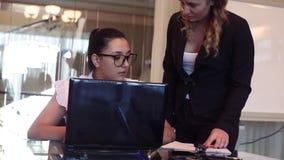Ο σύμβουλος επιχειρησιακών γυναικών επιπλήττει τον υφιστάμενό του στο γραφείο Κινηματογράφηση σε πρώτο πλάνο απόθεμα βίντεο