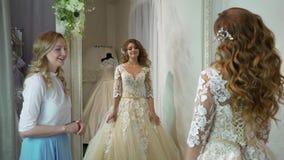 Ο σύμβουλος βοήθησε τη μελλοντική νύφη για να επιλέξει το γαμήλιο φόρεμα απόθεμα βίντεο