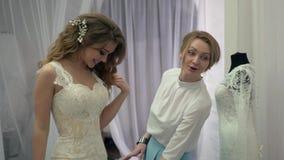 Ο σύμβουλος βοήθησε τη μελλοντική νύφη για να επιλέξει το γαμήλιο φόρεμα φιλμ μικρού μήκους