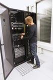 Ο σύμβουλος ΤΠ εγκαθιστά τον κεντρικό υπολογιστή λεπίδων στοκ εικόνες