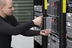 Ο σύμβουλος ΤΠ εγκαθιστά τον κεντρικό υπολογιστή λεπίδων στοκ φωτογραφίες