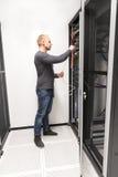 Ο σύμβουλος ΤΠ εγκαθιστά το ράφι δικτύων στο datacenter στοκ φωτογραφία με δικαίωμα ελεύθερης χρήσης