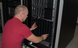 Ο σύμβουλος ΤΠ εκτελεί την εργασία σε ένα κέντρο δεδομένων Στοκ εικόνα με δικαίωμα ελεύθερης χρήσης