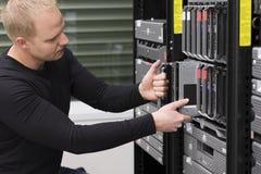 Ο σύμβουλος ΤΠ διατηρεί τον κεντρικό υπολογιστή λεπίδων σε Datacenter Στοκ Εικόνες