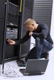 Ο σύμβουλος ΤΠ διατηρεί τους κεντρικούς υπολογιστές σε Datacenter Στοκ Εικόνα