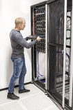 Ο σύμβουλος ΤΠ χτίζει το ράφι δικτύων στο datacenter Στοκ φωτογραφία με δικαίωμα ελεύθερης χρήσης