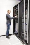Ο σύμβουλος ΤΠ χτίζει το ράφι δικτύων στο datacenter Στοκ εικόνα με δικαίωμα ελεύθερης χρήσης