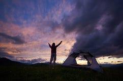 Ο ταξιδιώτης γυναικών απολαμβάνει τη θέα σχετικά με τη θαυμάσια αυγή στο βουνό στοκ εικόνες