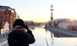 Ο ταξιδιώτης γυναικών πήρε μια φωτογραφία με το όμορφο ηλιοβασίλεμα σε Moskva rive Στοκ εικόνες με δικαίωμα ελεύθερης χρήσης
