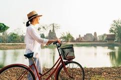 Ο ταξιδιώτης γυναικών συναντά την ανατολή κοντά στο εθνικό ιστορικό πάρκο Ayutthaya, Ταϊλάνδη στοκ εικόνες με δικαίωμα ελεύθερης χρήσης